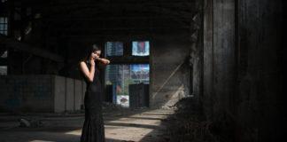 Czarna sukienka na każdą okazję, dlaczego warto ją mieć w szafie?